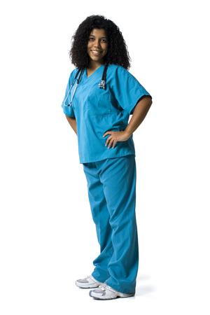 cna: Retrato de una enfermera de sexo femenino de pie con las manos en las caderas