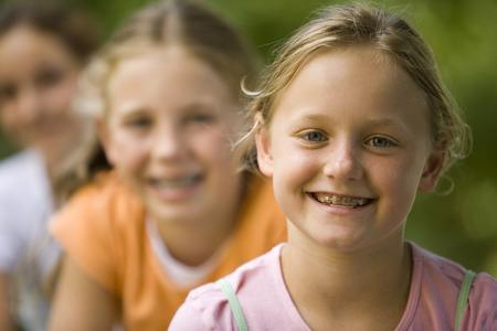 socializando: Primer plano de tres chicas sentadas juntas LANG_EVOIMAGES