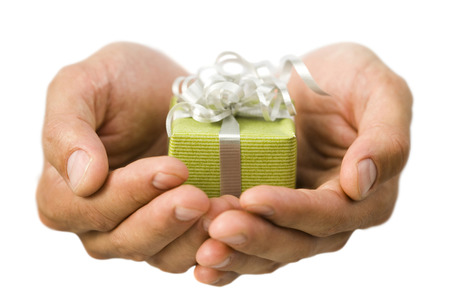 generosidad: Primer plano de manos sosteniendo un pequeño regalo