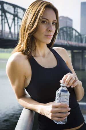 lean: Close-Up Of A Woman Holding A Water Bottle And Thinking LANG_EVOIMAGES