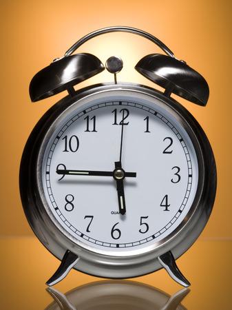 puntualidad: Primer plano de un reloj despertador
