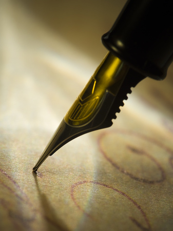 Close-Up Of A Fountain Pen LANG_EVOIMAGES