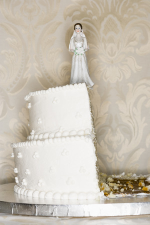 conflictos sociales: Wedding Cake Visual Metaphor With Figurine Cake Toppers
