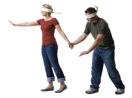percepción: Mujer joven con los ojos vendados llevando a un joven con los ojos vendados LANG_EVOIMAGES