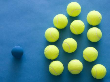 racquetball: Pelotas de tenis y un Racquetball contra un fondo azul