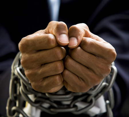 puños cerrados: Manos del hombre de negocios vinculadas en cadenas LANG_EVOIMAGES