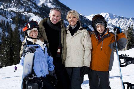 socializando: Una familia en una montaña nevada LANG_EVOIMAGES