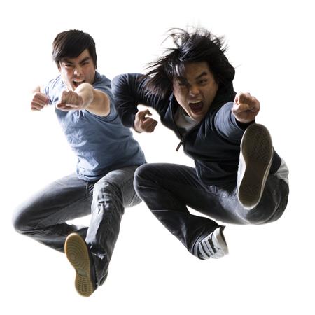 puños cerrados: Hombres jóvenes adultos saltando