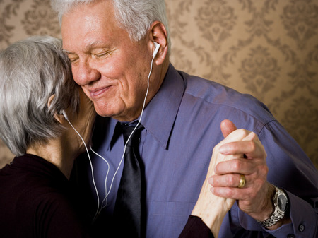 oma: Profile Of An Elderly Couple Dancing And Listening To Music LANG_EVOIMAGES