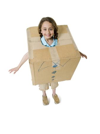 Retrato de una niña con una caja de cartón