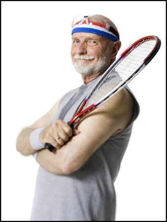 calvicie: Retrato de un hombre mayor que sostiene una raqueta de tenis