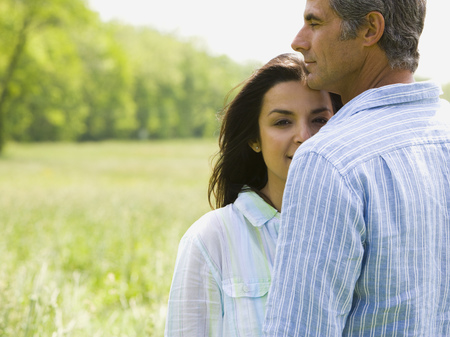 Close-Up Of A Man And A Woman In A Field LANG_EVOIMAGES