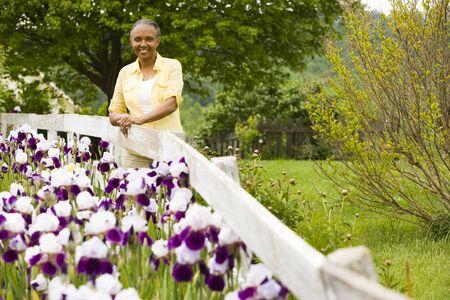 Retrato de una mujer mayor al lado de una valla LANG_EVOIMAGES
