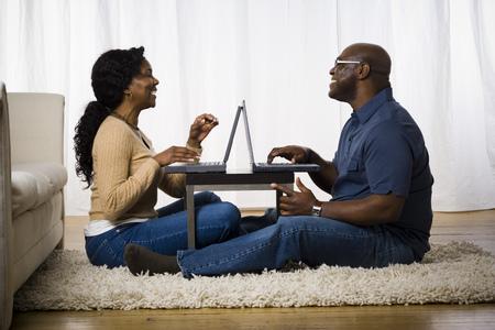 Profil egy érett nő beszélgetni egy mobil telefon egy ember ül előtte