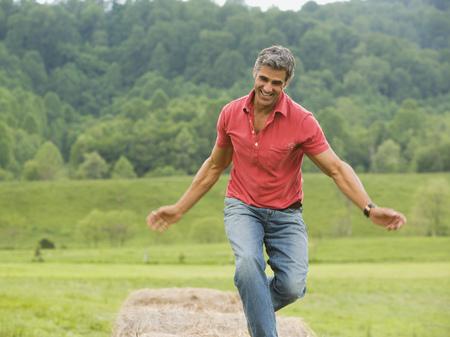 Hombre bailando en un bala de heno