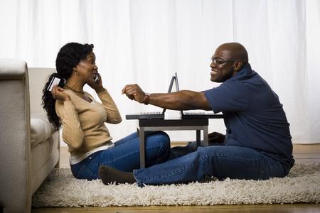alkalmasság: Profil egy érett nő beszélgetni egy mobil telefon egy ember ül előtte
