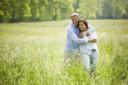 Retrato de un hombre abrazando a una mujer por detrás