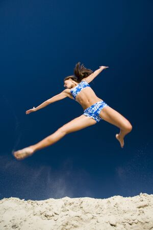elasticidad: Low Angle View Of A Young Woman Jumping