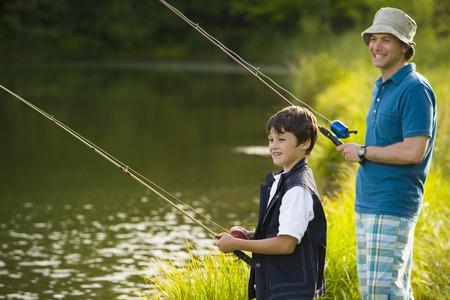 attach         â     â       ©: Perfil de un hombre y su hijo de pesca