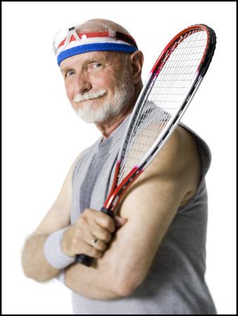 racquetball: Retrato de un hombre mayor que sostiene una raqueta de tenis