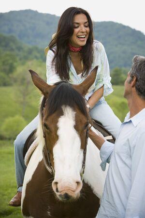 uomo a cavallo: Donna, seduta, cavallo, uomo, accanto, lei LANG_EVOIMAGES
