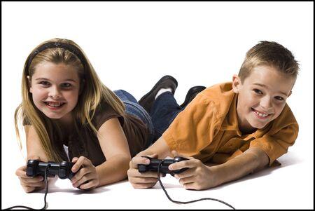 niños jugando videojuegos: Hermano y hermana jugando un videojuego