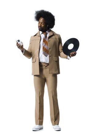 zapatos escolares: Hombre con un afro en traje beige escuchando reproductor de mp3