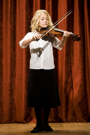 Girl Playing Violin On Stage LANG_EVOIMAGES