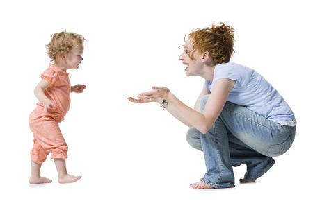 Profil eines Babys, das für ihre Mutter erreicht