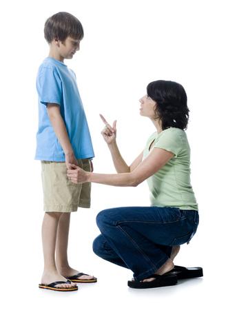agachado: Primer plano de una mujer adulta media regañando a su hijo