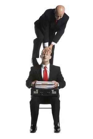 elasticidad: Dos acróbatas masculinos en trajes de negocios que se realizan