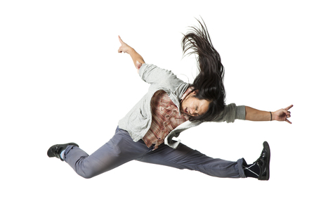 Hombre saltando en el aire con los brazos extendidos LANG_EVOIMAGES