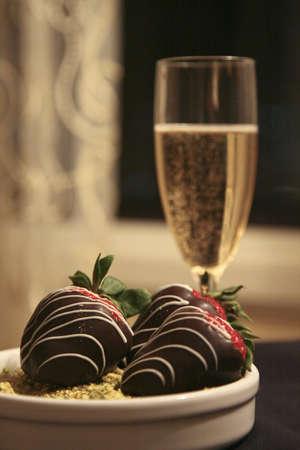 シャンパン、チョコレートいちご 写真素材