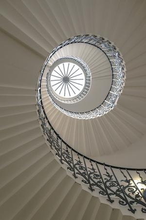 黒塀と白い螺旋階段