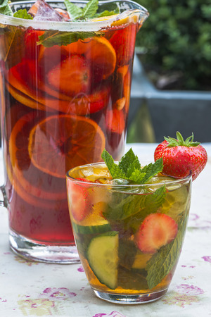 Refreshing PImms cocktail with lemonade Фото со стока - 42187522