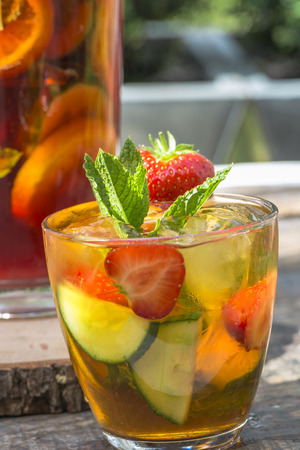 Refreshing PImms cocktail with lemonade Фото со стока - 42187518