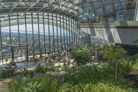 Londen, Verenigd Koninkrijk - 4 juli 2015: The Sky Garden bij 20 Fenchurch Street is een unieke openbare ruimte ontworpen door Rafael Viñoly Architects. Het beschikt over een stijlvol restaurant; brasserie en een cocktailbar