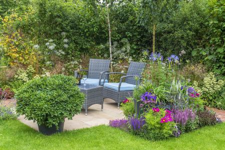 Outdoor woonkamer in een tuin