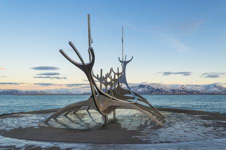 Reykjavik, IJsland - 5 januari: Solfar Zon Voyager, sculptuur ontworpen door Jon Gunnar Arnason in Reykjavik, IJsland op 5 januari 2014. De sculptuur is gelegen aan de zee in het centrum van Reykjavik