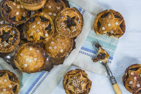 carne picada: Tradicionales tartas caseras Navidad pica en la mesa de madera blanca