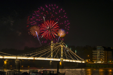 guy fawkes night: Spettacolo pirotecnico il 5 novembre - Guy Fawkes Night - su Albert Bridge, Londra, Regno Unito Archivio Fotografico