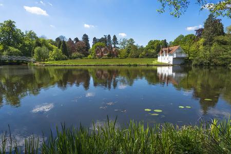 Een meer in Virginia Water Park in Surrey, UK