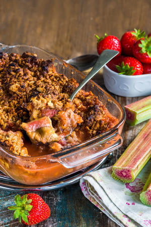 to crumble: Rhubarb and strawberry crumble