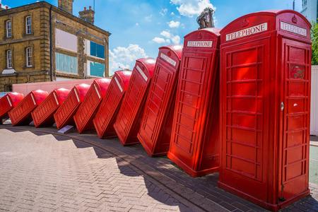 Londen, Verenigd Koninkrijk - 23 juli 2016: Een kunstinstallatie genaamd Uit Orde van David Mach in Kingston upon Thames. Het is een reeks van 12 aangelegd alsof ze tegen elkaar zijn gedaald oude rode telefooncellen. Redactioneel