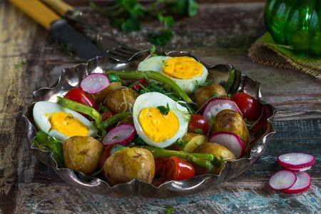 berro: Ensalada de papa y huevo de verano con verduras Foto de archivo