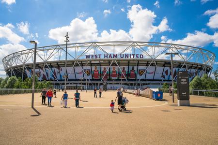 LONDRES, Reino Unido - AGOSTO 7, 2016: Vista del estadio olímpico - el legado de los Juegos que estaba cerrado por reformas en 2013. Una vez re-inaugurado en julio de 2016, se convirtió en una casa del West Ham United Football Club Editorial