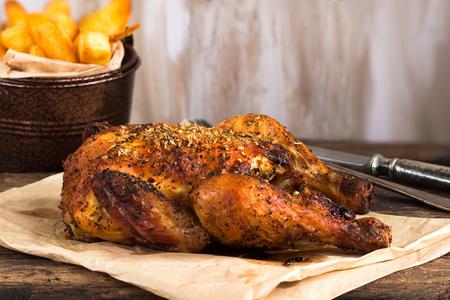 Geroosterde Spatchcock Poussin Met Aardappelchips Op Houten tafel Stockfoto