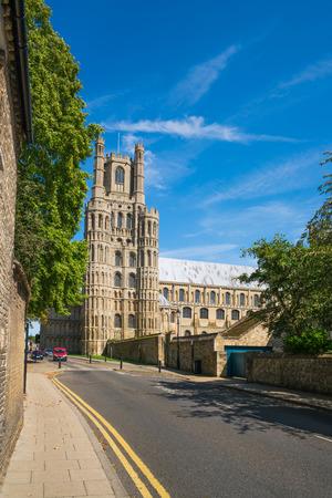 エリーの通りを下った大聖堂の眺め (イギリス、ケンブリッジシャー)