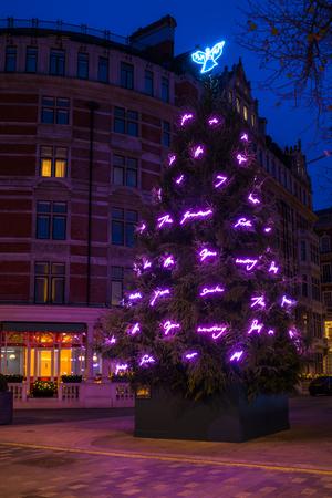 런던, 영국 -2011 년 11 월 30 일 : Trafy Emin에 의해 설계 런던, 메이페어에서 마운트 스트리트에 크리스마스 트리 CBE- 그녀의 자서전 및 고백 아트 워크 알려져 영국 현대 미술가