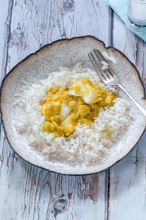 Aiglefin à la crème de noix de coco et curry de maïs avec riz Banque d'images